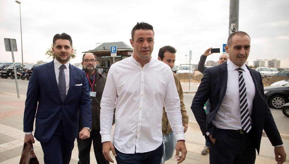 David Serrano y sus abogados Juan Martínez y Antonio Flores