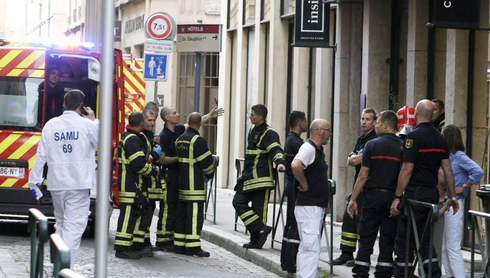 Bomberos en las inmediaciones donde ha estallado un paquete bomba en Lyon