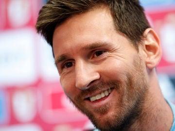 Leo Messi sonríe en sala de prensa