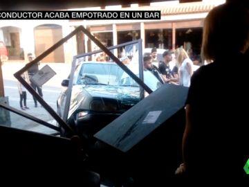 Un conductor ebrio empotra su coche en una cafetería de Purullena, Granada