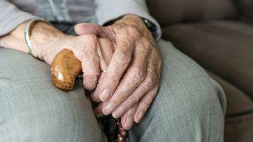 Anciano con un bastón