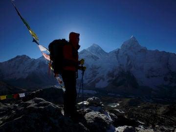 Un escalador frente a la cumbre del Everest