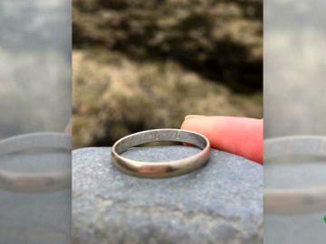Se busca a los dueños de este anillo zaragozano aparecido en una cascada de Islandia