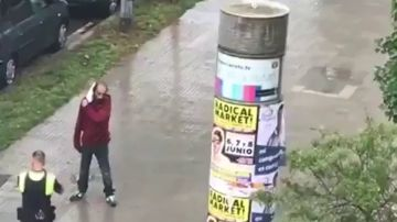 Un agente reduce a un hombre tras sembrar el pánico en Barcelona con un cuchillo de grandes dimensiones
