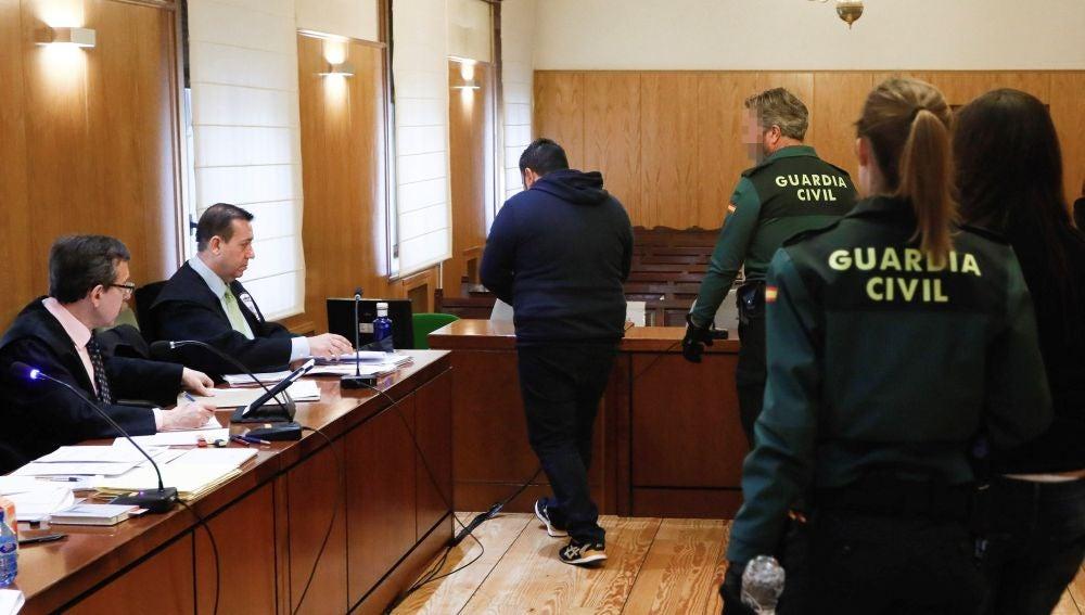 Los dos acusados entrando en la sala esposados por la Guardia Civil
