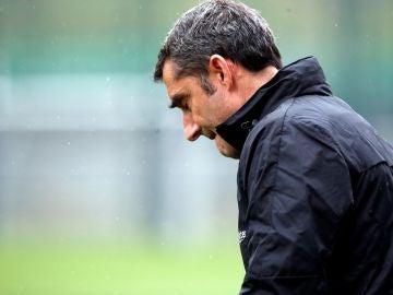 Ernesto Valverde, en un entrenamiento del Barcelona