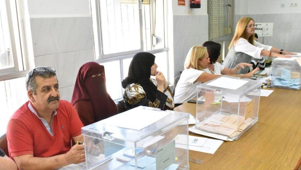 La presidenta de una mesa electoral del CEIP Ramón y Cajal de Ceuta, ataviada con un burka