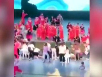 Muere un niño al derrumbarse un escenario en China