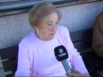 Una anciana vota en la calle tras caerse al entrar al colegio electoral