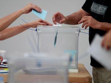 Un hombre introduce su papeleta en una urna de un colegio de Algeciras (Cádiz)