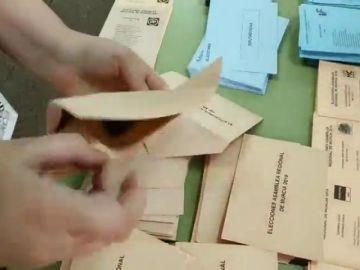 Denuncian la aparición de sobres con papeletas del PP en un colegio electoral de Murcia