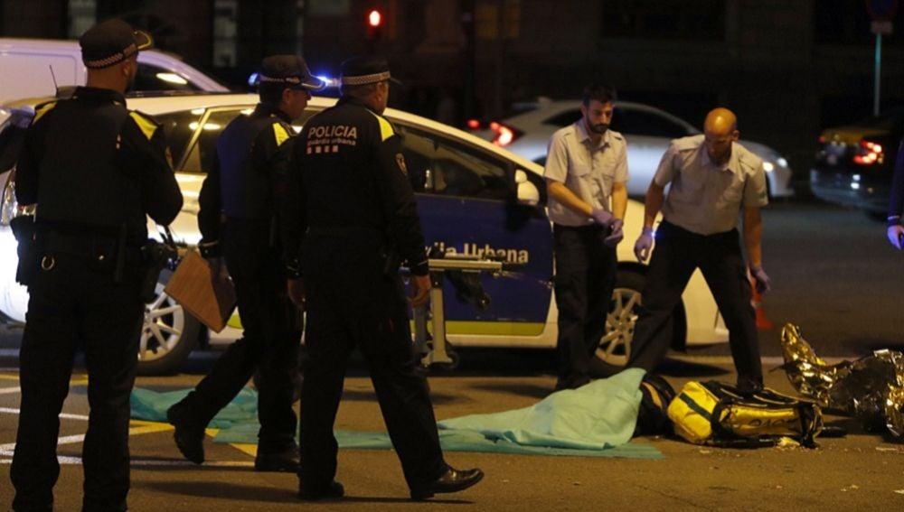 Muere un repartidor de 'Glovo' al ser atropellado por un camión de basura en la Gran Vía de las Corts Catalanes