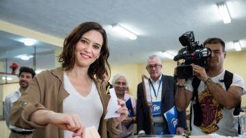 La candidata del PP a la Comunidad de Madrid, Isabel Díaz Ayuso, votando en un colegio de Madrid