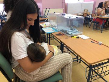 Una presidenta de mesa amamanta a su hijo al no aceptar la Junta su recurso