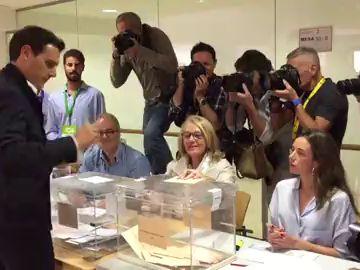 Así ha votado Albert Rivera, líder de Ciudadanos, en un colegio de Pozuelo de Alarcón.