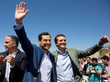 El líder del PP, Pablo Casado, con el presidente de la Junta de Andalucía, Juanma Moreno