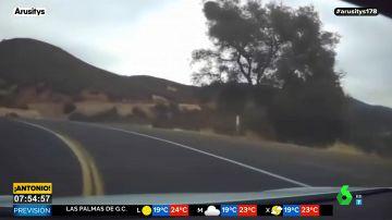 Pierde el control de su vehículo Tesla en un barranco tras activar el piloto automático