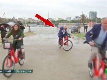 El mal rato de Maragall montado en bicicleta frente a las cámaras: así se esforzó el candidato de ERC para mantenerse sobre ruedas
