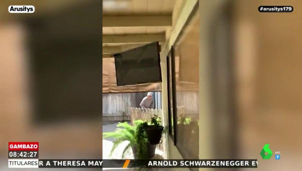 Graba a un jardinero intentando defecar en el patio de su casa