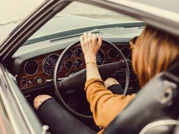 Una mujer conduciendo
