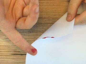 Corte con un papel