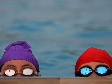 Niñas en una piscina