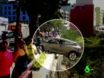 Un coche a punto de caer por un barranco