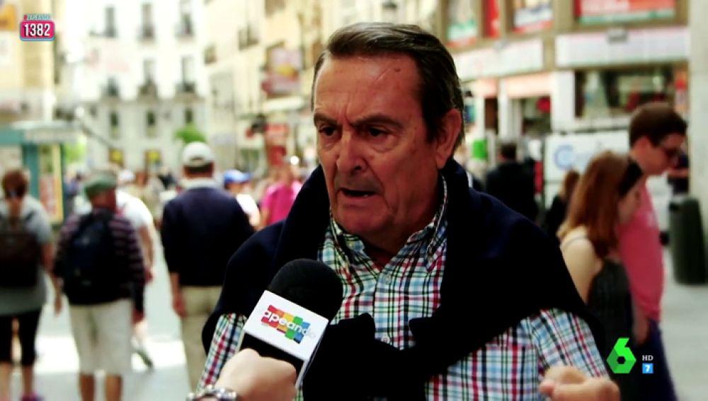 """El enfado de un hombre al hablar de la limpieza en Madrid: """"Esto está muy marrano, huele a meado"""""""
