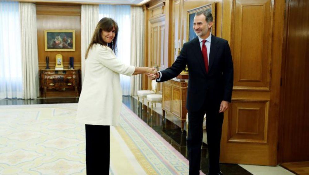 La diputada de JxCat en el Congreso, Laura Borràs, saluda al Rey Felipe VI en la ronda de contactos