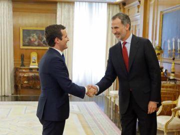 El rey Felipe VI saluda al presidente del Partido Popular, Pablo Casado