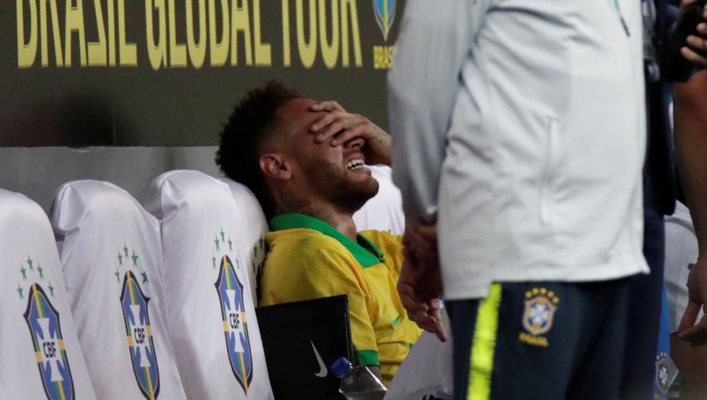 Neymar llora en el banquillo tras lesionarse con la selección de Brasil