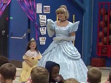 Imagen de la bienvenida a la primera alumna sorda de una escuela de EEUU