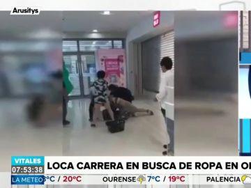 Peleas, caídas y hasta robos: la loca carrera en un centro comercial por conseguir una colección de ropa por 13 euros