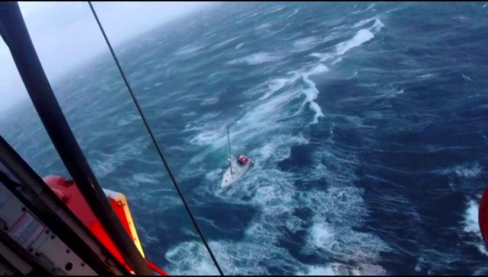 Rescate de un velero a la deriva