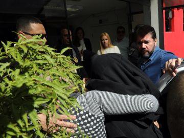 La mujer que acusa a Neymar de violación, tapada con una chaqueta negra