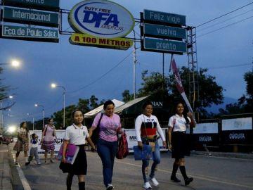 Estudiantes cruzan la frontera entre Venezuela y Colombia