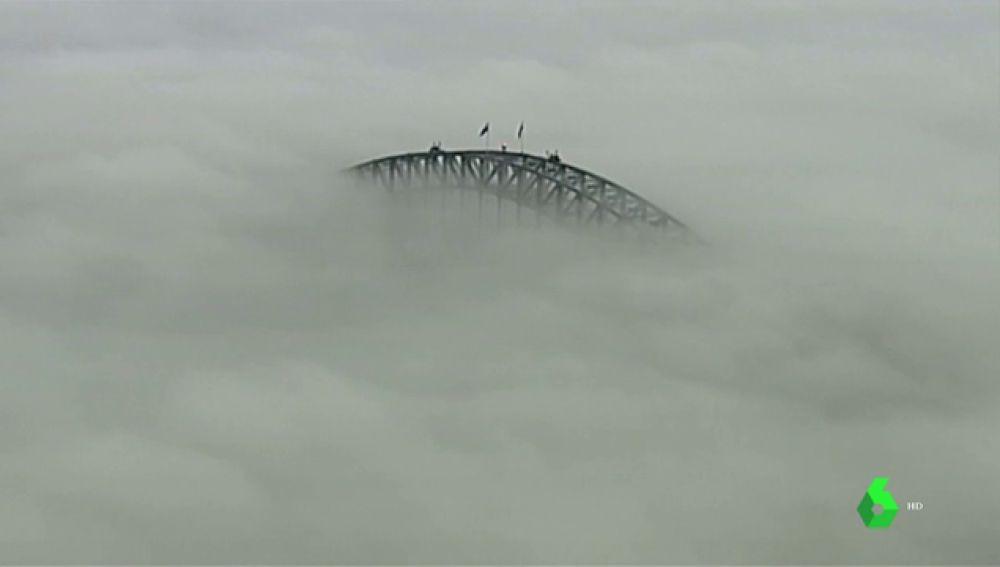 Un manto de niebla cubre el puente de la bahía de Sídney