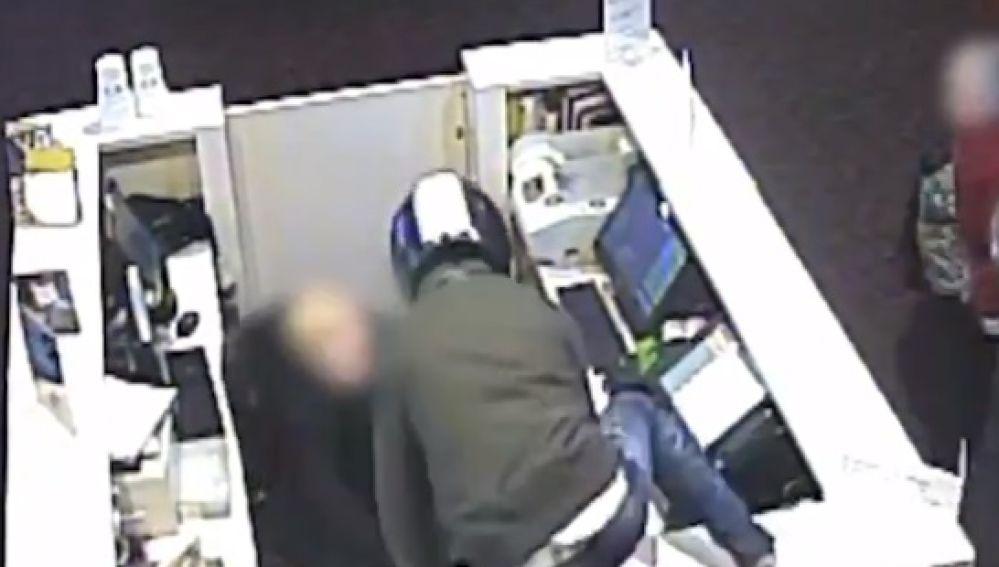 Ladrón robando en un establecimiento de telefonía