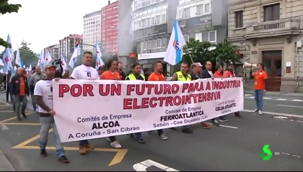 Multitudinaria protesta en A Coruña de las empresas siderúrgicas ante la imposibilidad de pagar la factura eléctrica