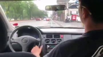 Imagen del hombre al que le han retirado el carnet de conducir en Filipinas por conducir desde el asiento del copiloto