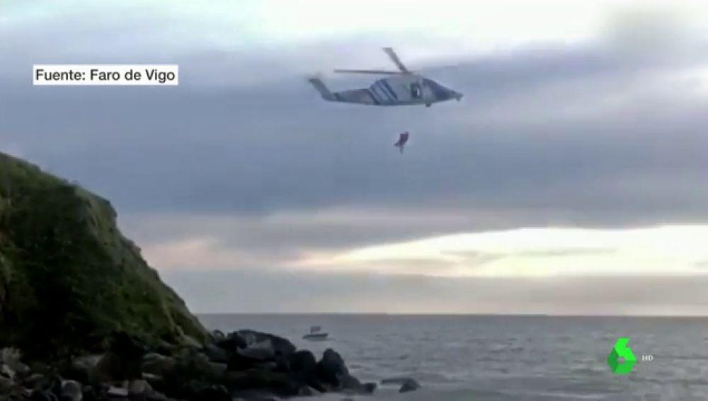 Así ha sido el agónico rescate de un pescador en una playa de Sanxenxo, Galicia