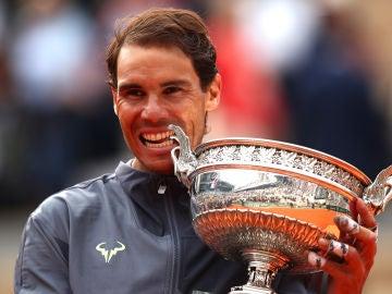 Rafa Nadal hace su habitual 'mordisco' al trofeo de Roland Garros