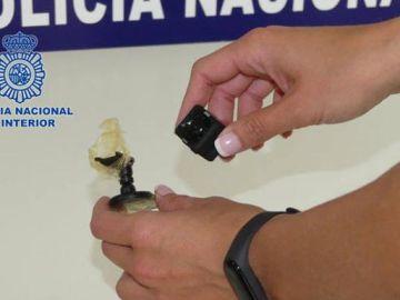 Imagen de la cámara que estaba en el portarrollos del papel higiénico en un baño de mujeres en Valencia