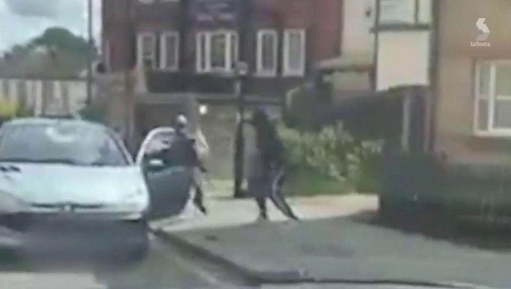 El aterrador momento en el que pandilleros rivales pelean con cuchillos a pocos metros de padres que recogían a sus hijos de la escuela