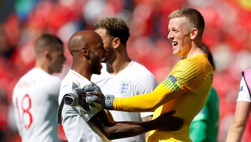 Pickford y Delph celebran el triunfo de la selección inglesa