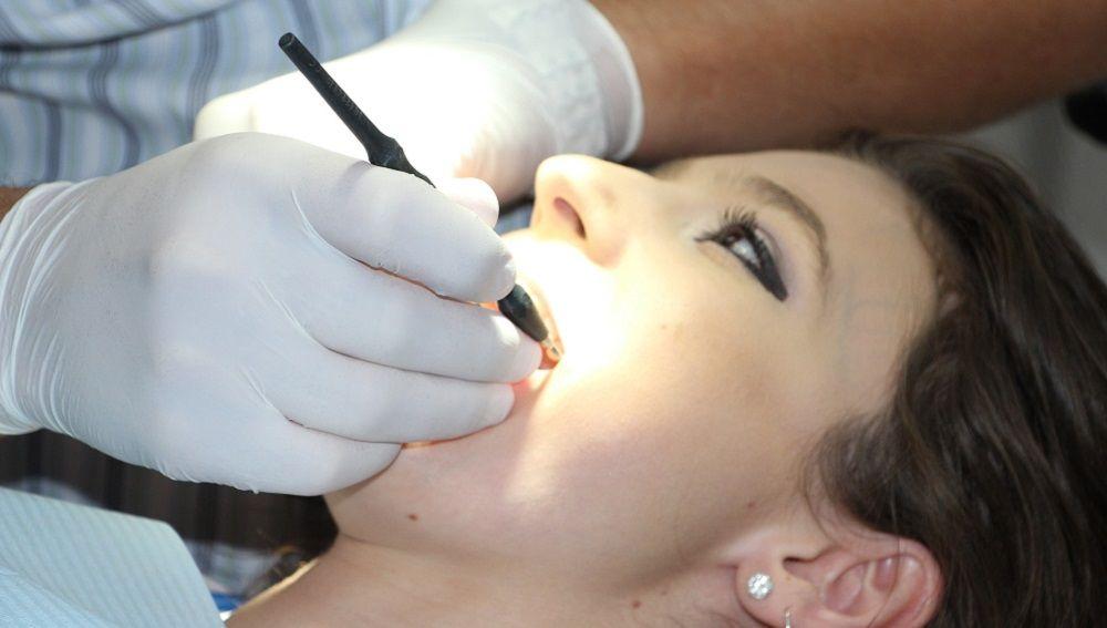 Mujer en la consulta del dentista