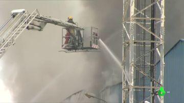 Incendio en una planta de reciclaje en un polígono de Riba-Roja de Túria