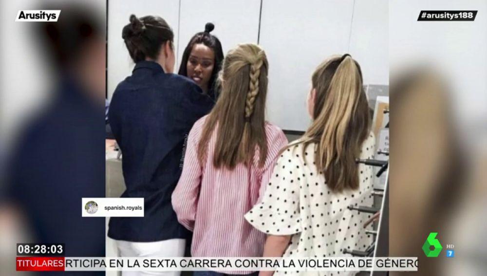 La foto viral de la reina Letizia de compras en pleno centro de Madrid junto a la princesa Leonor y la infanta Sofía