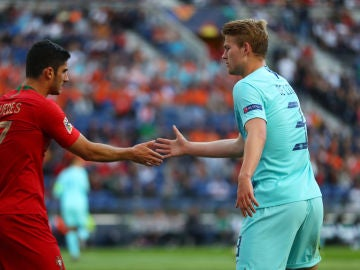 De Ligt saluda a Guedes durante la final de la Nations League