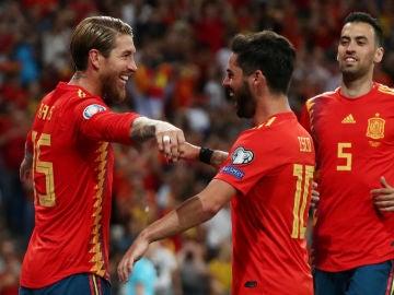 Sergio Ramos celebra con sus compañeros su gol de penalti